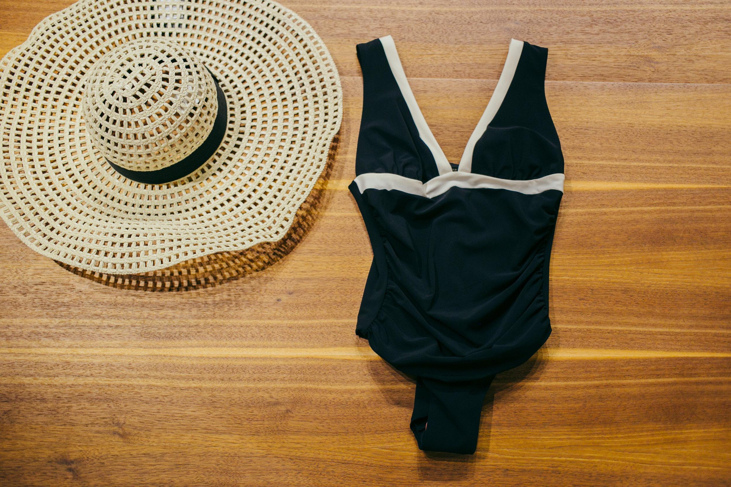 Weekend Max Mara- едноделен костим за капење, шешир