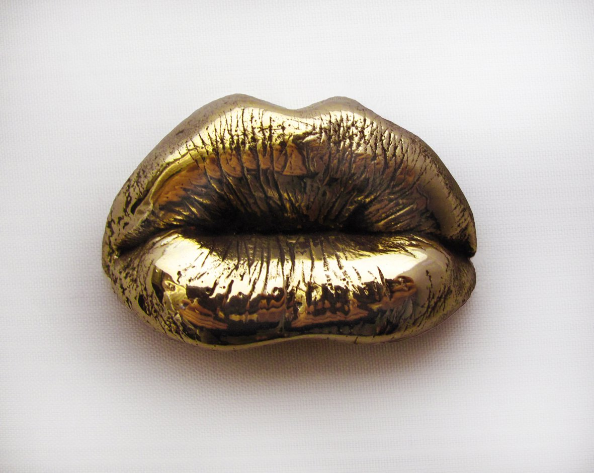 Close up of Fiona Robertson s polished bronze kiss.jpg