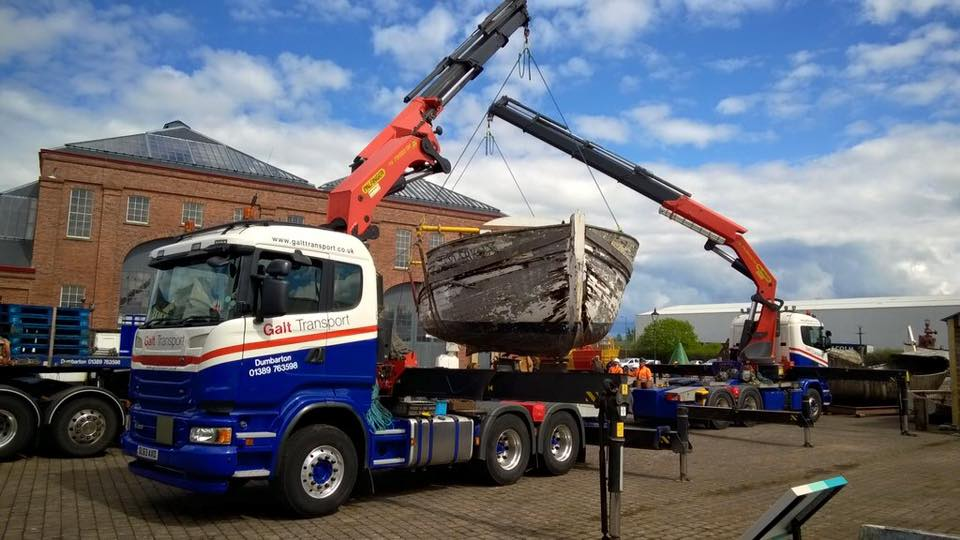 An artic hiab carrying out a tandem lift