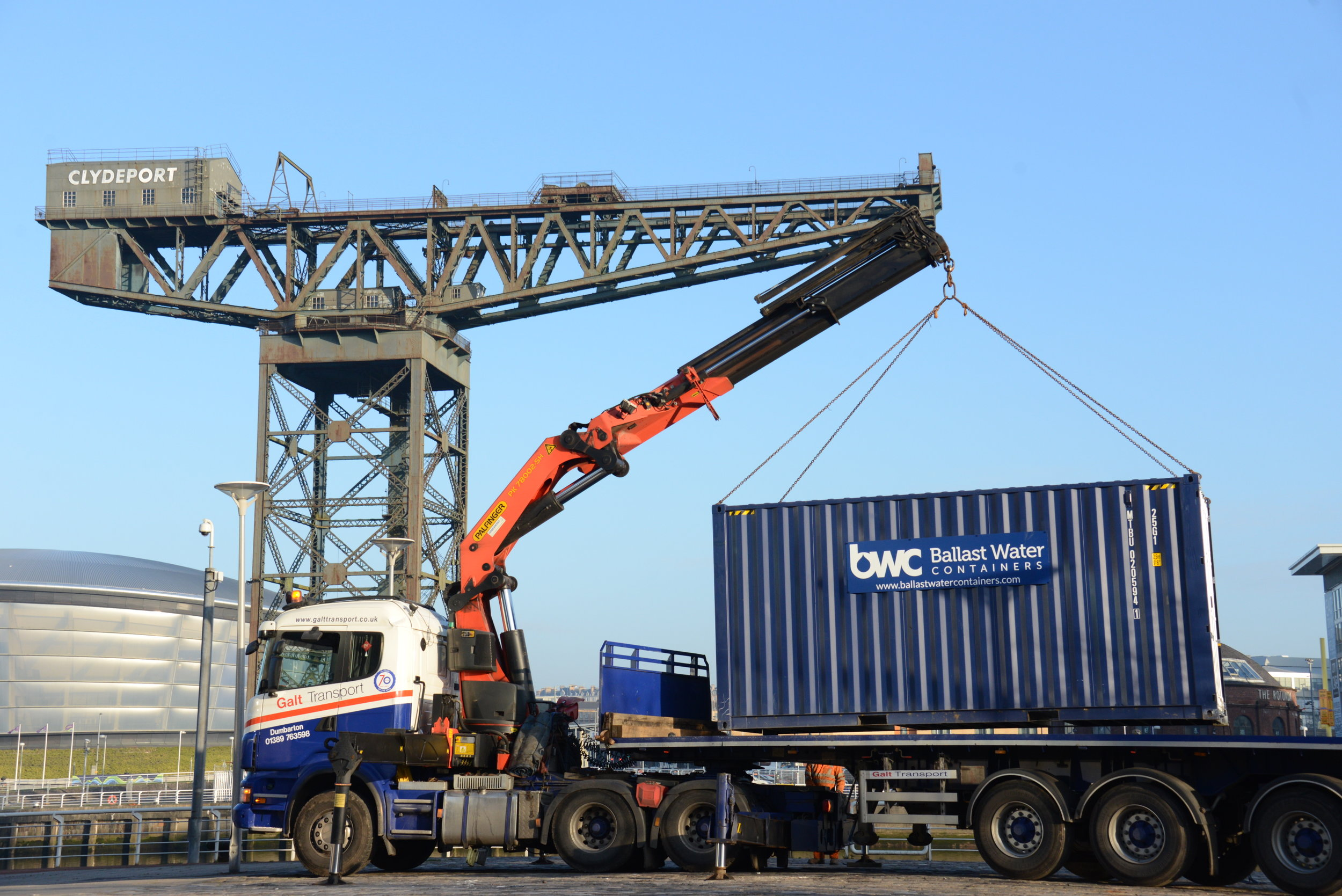 an artic hiab lifting a container in glasgow