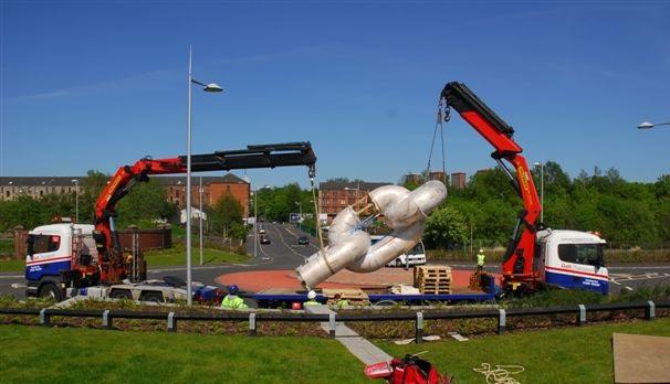 a tandem lift by one artic hiab and one rigid hiab