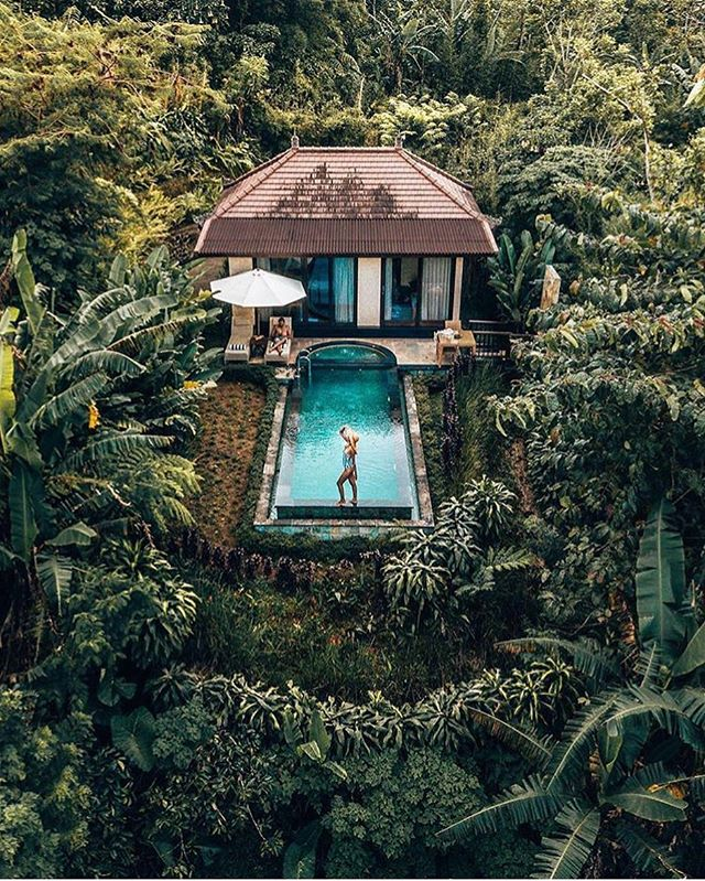 Would you stay in this incredible villa in Bali?👇 Photo @camillamilja