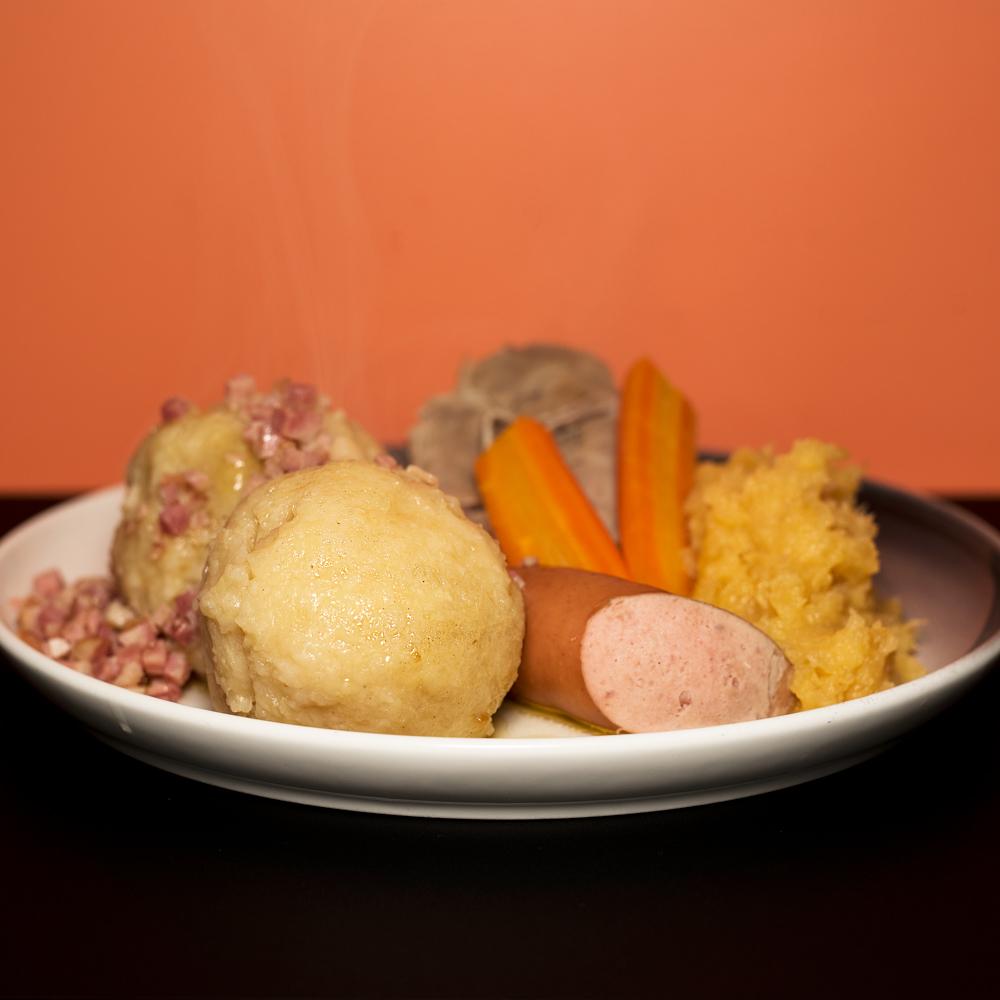 TORSDAG - Komle- og kjøttkakebuffét med stort dessertbord