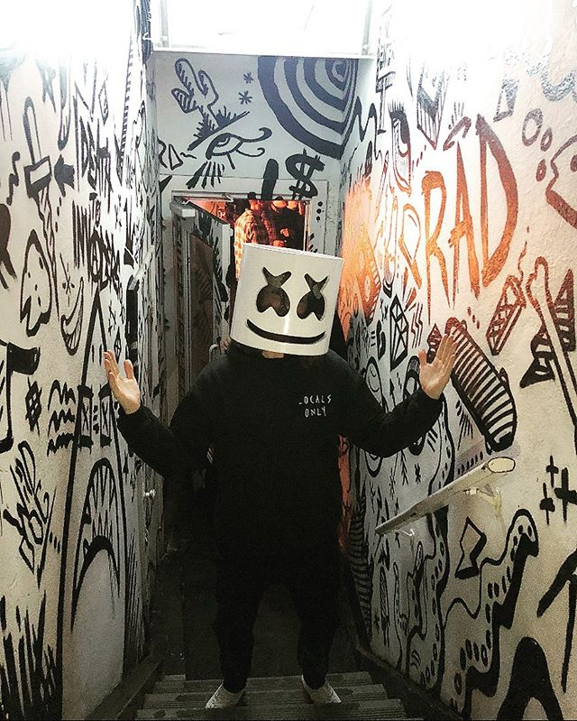 When your outfit matches the aesthetic @marshmellomusic 🖤