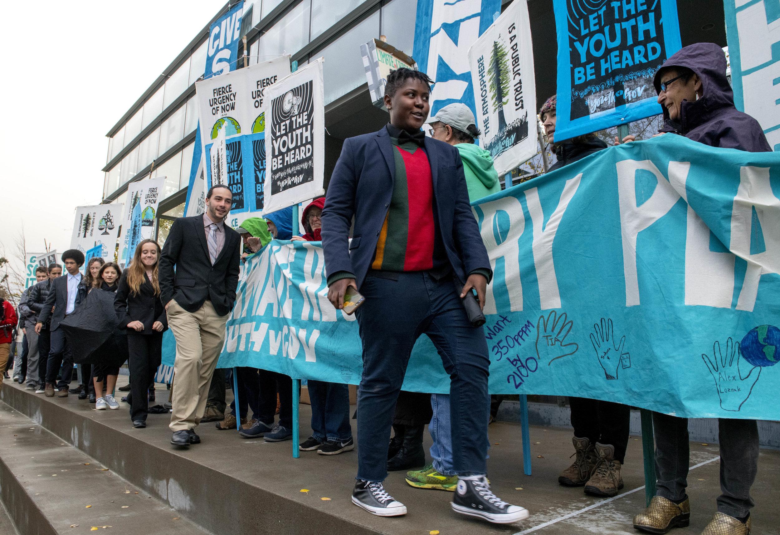 Vic en una manifestación en Eugene, Oregon, Estados Unidos. Foto por: Robin Loznak / Our Children's Trust