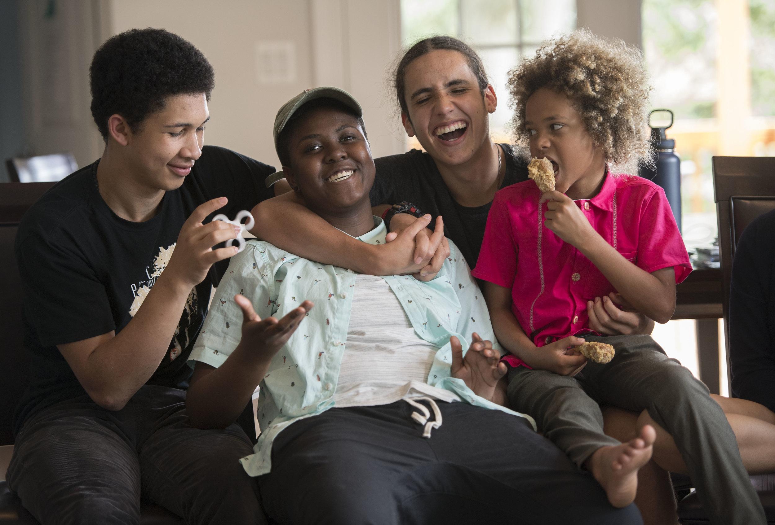 Vic con compañerxs demandantes en el caso de  Juliana versus Estados Unidos , (de izquierda a derecha) Aji, Xiuhtezcatl y Levi. Foto por: Robin Loznak / Our Children's Trust