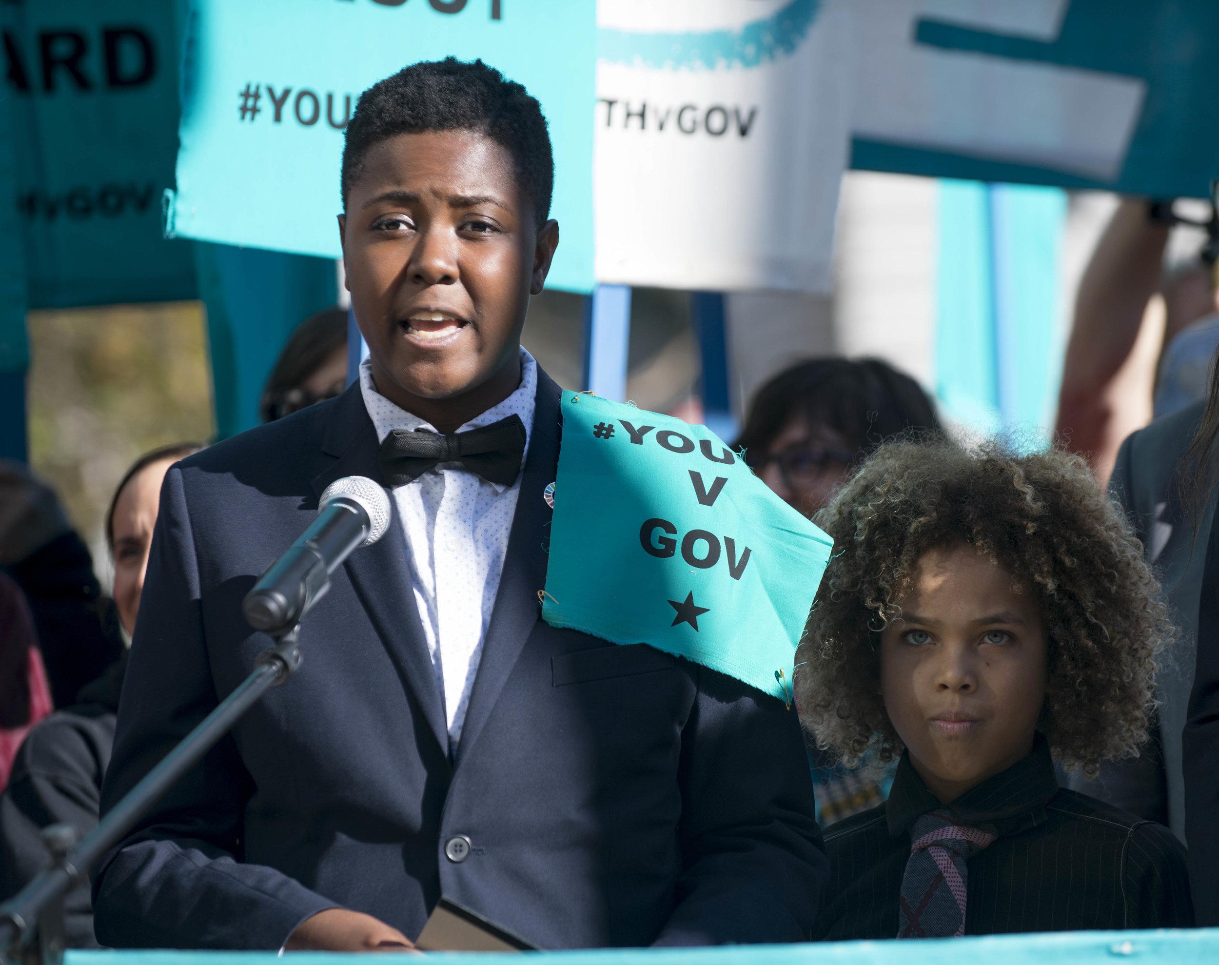 El demandante jóven Vic Barrett habla en un demonstración después de una audiencia en la histórica demanda de cambio climático  Juliana versus Estados Unidos , en el 9.º Circuito de la Corte de Apelaciones de San Francisco. Foto por: Robin Loznak / Our Children's Trust