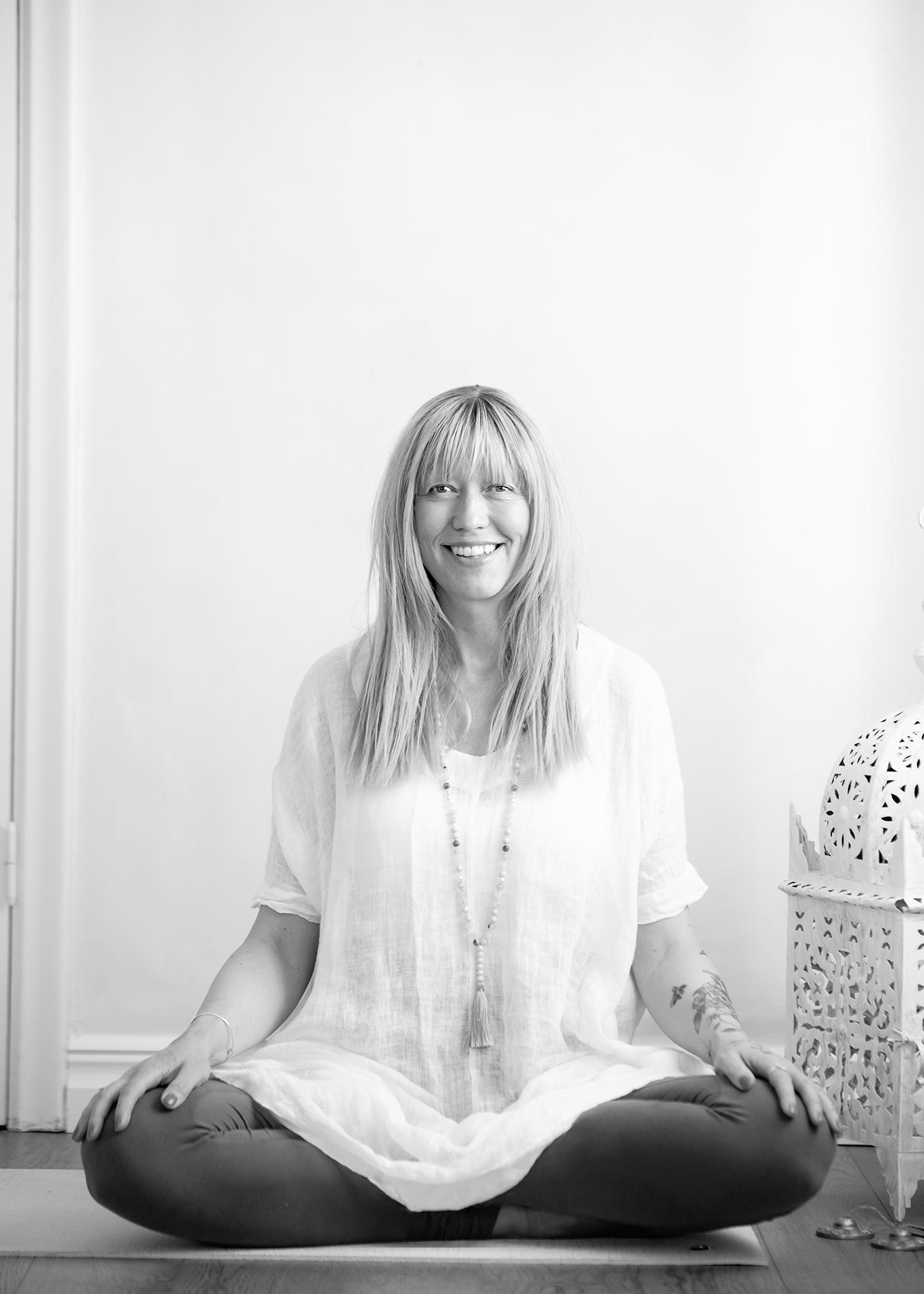 Ann-Sofie Åberg - Barnyoga lärareJag heter Ann-Sofie och jag har relativt nyligen upptäckt yoga och allt det fina som det medför. Jag är så glad att jag äntligen har hittat en träningsform som passar mig och som ger mig en starkare och mer rörlig kropp, samtidigt som den ger mig den stillhet och närvaro som jag behöver. Jag är alltså helt i början av min yogaresa och jag suger åt mig allt jag kan för att lära mig mer.Jag är utbildad barnyogalärare och jobbar nu med barngrupper på My Sangha Shala. Med specialskrivna yoga-sagor tar jag med barnen på fantasifulla resor där andning och rörelse förenas. Vi skrattar och har roligt och vilar sedan tillsammans. Yogasagorna förmedlar att alla duger precis så som de är, och jag försöker skicka med barnen känslan av att de är betydelsefulla och starka. Att få ge barnen verktyg att använda i vardagen känns fint och betydelsefullt.Jag jobbar också som barn- och familjefotograf med egen studio där jag får ytterligare utlopp för min kreativa sida. Sedan en tid tillbaka driver jag också en liten personlig webbshop med handgjorda yoga-smycken och barnyogakort. Där finns också yogasagor och material som är tänkt att vara till hjälp för föräldrar som själva vill yoga tillsammans med sina barn.Jag planerar att framöver gå en yogaledarutbildning för att lära mig mer, både för mig egen utvecklings skull, men också för att det skulle vara så spännande och roligt att få undervisa yoga även tillsammans med vuxna.Ann-Sofie