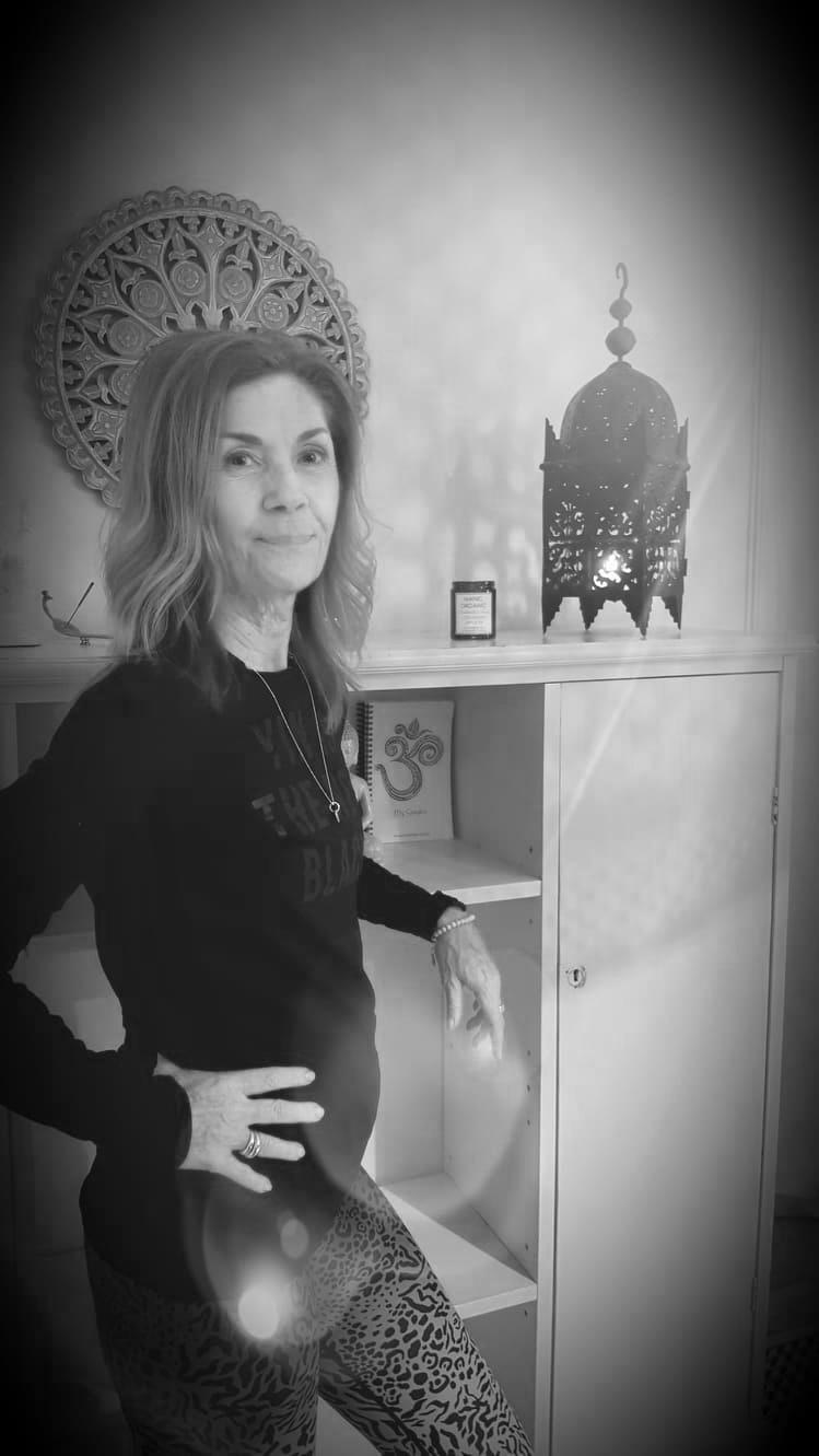 Anna-Lena Albertsson volontär och ny ledare - Jag har länge gått omkring med en längtan att utbilda mig till yogaledare.Så när möjligheten kom att få vara en del av My Sangha Shala som volontär såg jag det som ett startskott till att ta tag i den biten.Nu har jag gått min första Yin Yoga ledarutbildning hos Magdalena Mecweld i decembar 2018 och är anmäld till Elisabeth Welsh Yin Yoga teacher training sommaren 2019.Jag har även fått chansen att leda grupper i Yin Yoga här på My Sangha och det är så nyttig träning för mig.Min första kontakt med yogan var någon gång i början av 2000 och då var det Poweryoga som jag fastnade för.Sedan dess har jag provat många yogaformer och de sista åren har på Yin Yogan blivit en viktig del av mitt liv.Insåg ganska snabbt att det där med att våga stanna kvar, observera och acceptera det som ÄR, det betydde så mycket för mig.Det har fått mig att komma HEM - Till mig och till livet.Varje morgon utövar jag en egen komponerad yoga.Jag väcker kroppen mjukt och stilla och sätter intentionen för den nya dagen som ligger framför mig och ställer frågan,- Vad mer är möjligt?