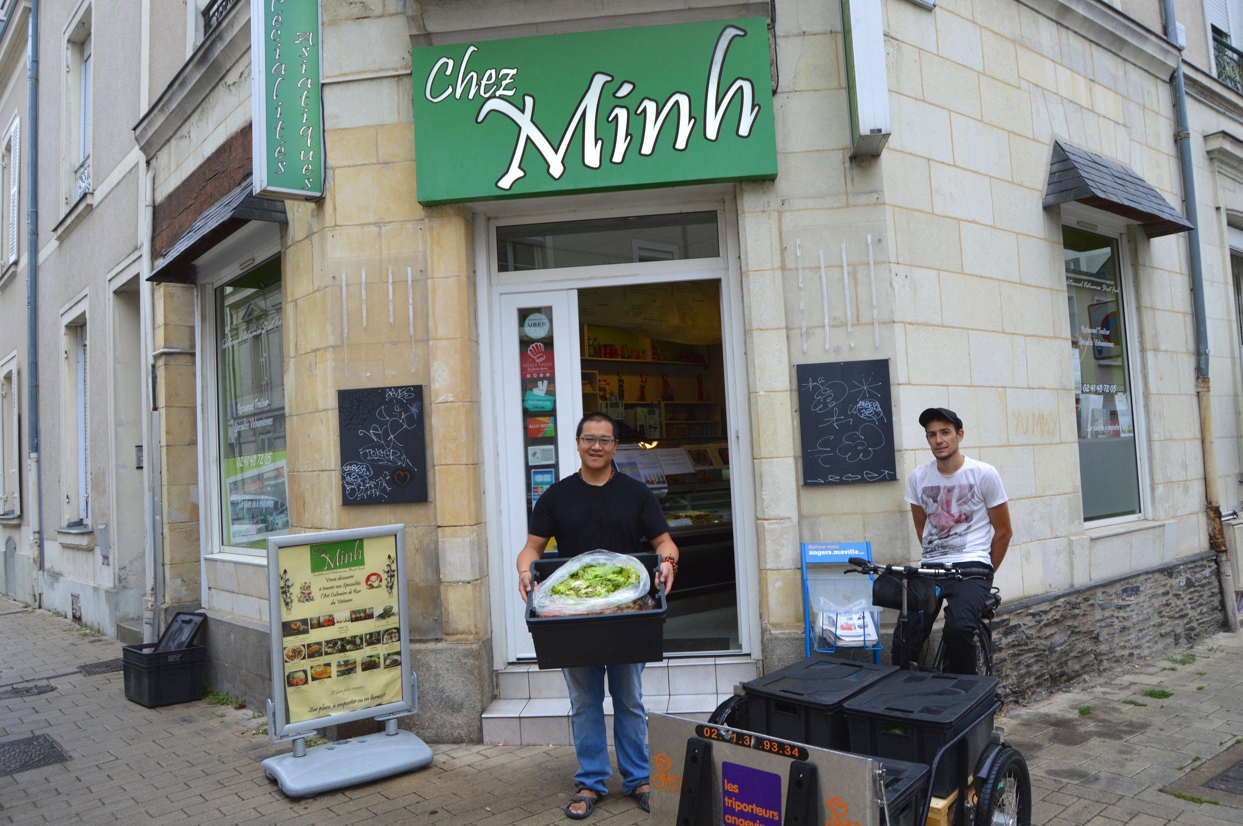Chez Minh - C'est le lieu pour déguster des spécialités vietnamiennes 100% fait maison ! Pho, Bo Bun, nems, sandwich vietnamien, tous les plats sont élaborés à partir de viandes et de légumes frais et de façon artisanale. Chez minh cultive ainsi que l'art culinaire de la rue du Vietnam.Et qui dit produits frais, dit épluchures ! Chez Minh trie et valorise ses biodéchets en compost.RDV au 93, rue Bressigny à Angers