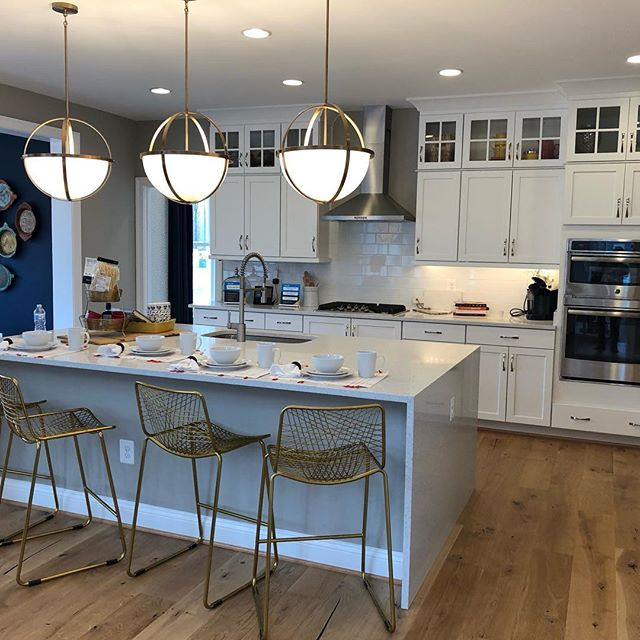 Who doesn't love a good Model Home kitchen!! These lights❤️❤️❤️ #lennarhomes #modelhomes #kitchen #realestate #designer #gold #whitekitchen #whitecabinets  #workwitharealtor  #pendantlights #biglights #quartz