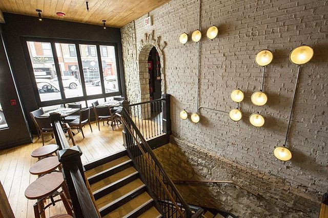 It's 30 degrees and snowing in Minneapolis😐❄️ All we can think about is hotdogs🌭 baseball ⚾️🐻and cuddling up in one of the killer hotel rooms at @wheelhousehotel in Wrigleyville in Chicago🛌 We're crushing SO hard over this boutique hotel!! Check out the installation of our Moscow Metro sconces😍 Get your very own at fixtelectric.com. We have hundreds of these guys! #oldlightsnewlife