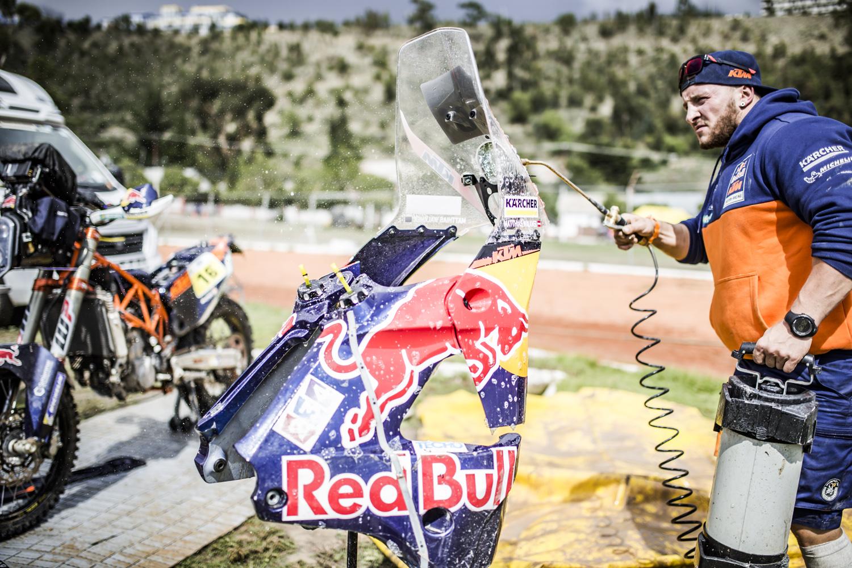 Mechanic Matthias Walkner KTM 450 RALLY Bivouac Dakar 2017.jpg