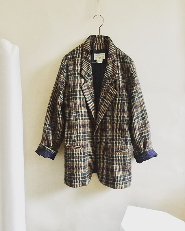 A lovely vintage, reworked blazer available ✨Details are in my stories❄️I'll donate the whole amount from sale to the @asrc1☁️ dm if you'd like it🍂 #primoeza_rework