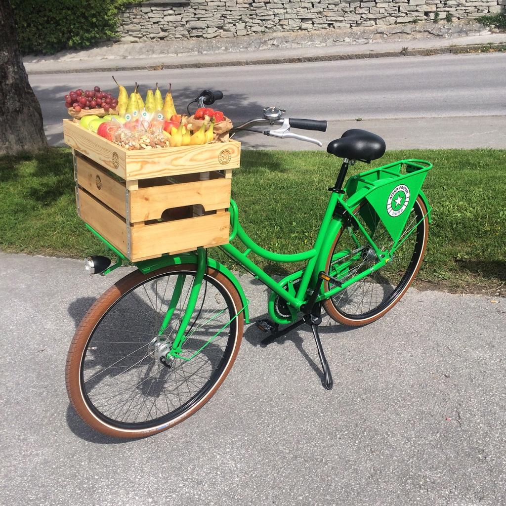 En av våra fina cyklar tillsammans med vår möteslåda fylld med fräsch frukt och nötter.