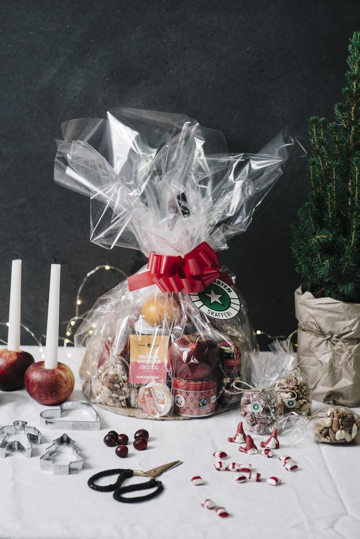 Innehåller bland annat festive stars shortbread, luxury dinner mints, Edelpilz, Wyke Vintage cheddar, Brillat Savarin, cornichoner, marmelad och Secallona.   Pris:  595 kr