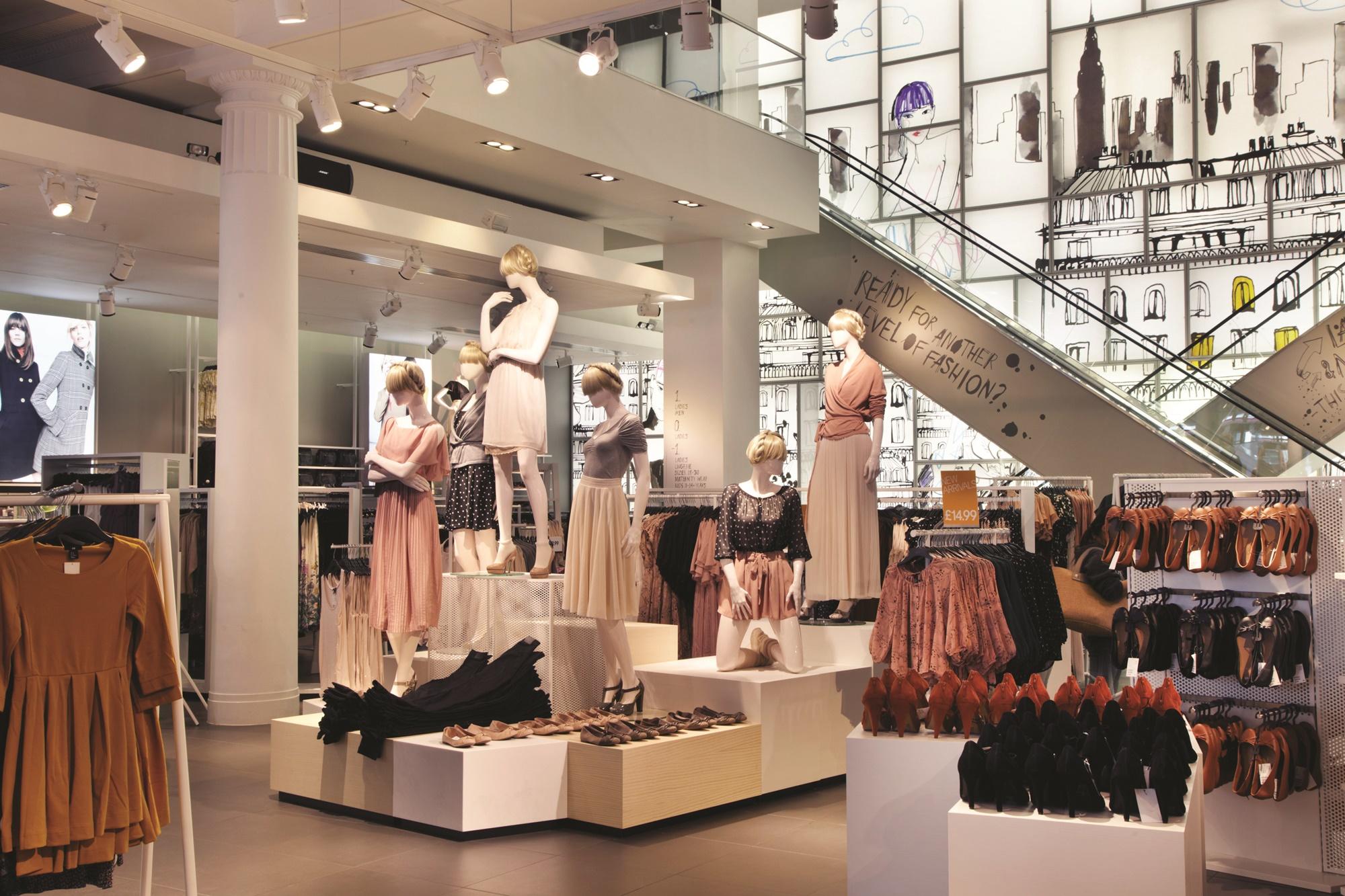 Auf Schaufensterpuppen dekorierte Kleidungskombinationen erleichtern es den Kunden, sich ein ganzes Outfit vorzustellen und erhöhen den Wunsch das ganze Set zu kaufen.