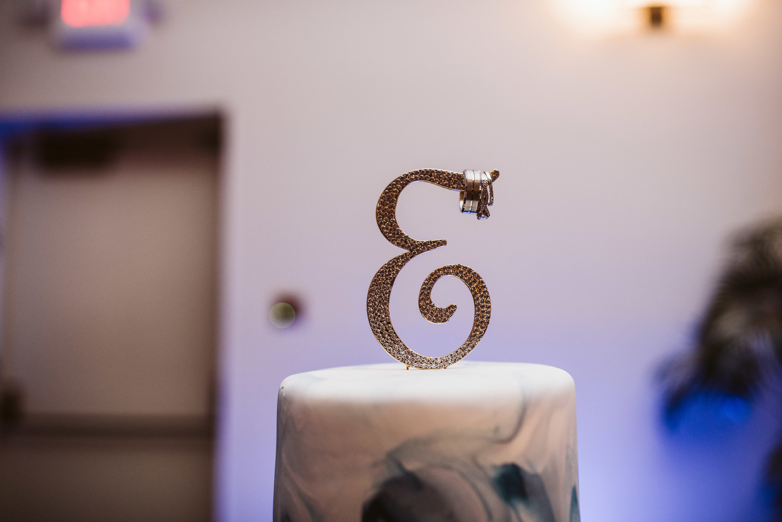 Wedding cake with rings on the cake topper