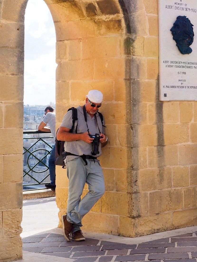 Parcours - Bruno Boigontier-Delvert est un artiste photographe qui vit et travaille dans le sud de la France, à St Cyr sur Mer et à Arcachon. Photographe depuis l'enfance, il a été successivement chercheur en écologie, reporter, rédacteur en chef, puis photographe d'art.Diplômé d'un Doctorat en Sciences et d'un Master de Management des Médias, Il a travaillé durant dix ans dans le domaine de la recherche publique environnementale avant de fonder un hebdomadaire local d'information générale à tendance satyrique qu'il a dirigé durant plusieurs années. A partir des années 2000, il a principalement travaillé à la réalisation de grands reportages pour les principaux titres de la presse française, en particulier Art & Décoration. Aujourd'hui il collabore toujours avec l'Agence Hémis (Paris) pour ses reportages de tourisme et donne des cours de photographie d'intérieur.Son œuvre photographique est indissociable de son parcours de biologiste, journaliste et romancier. Ses séries photographiques s'organisent comme une histoire et sont très souvent accompagnées de textes courts volontiers humoristiques, ou parfois de haïkus.