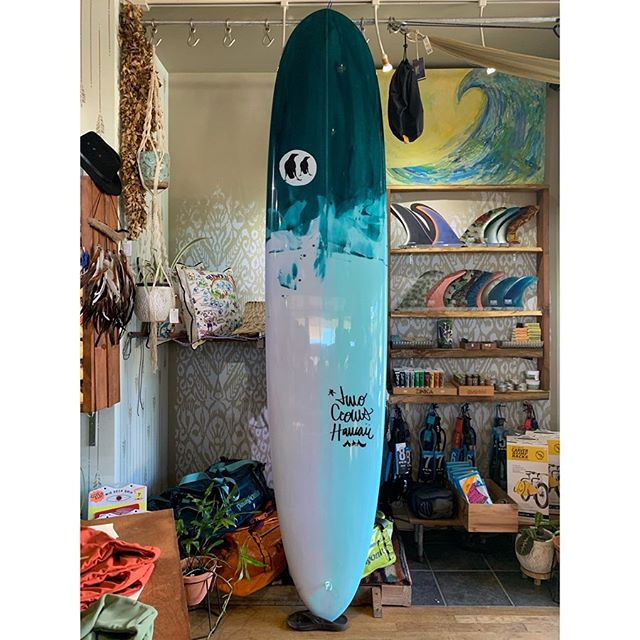 "This should brighten up your Monday blues | Lady Log II 9'2""•2 7/8""•22 3/4"" @two_crows_surfboards - - - - #goinleftmaui #lahaina #maui #lahainamaui #mauihawaii #twocrowssurfboards #surf #surfboard #aloha #handshaped #localboardshop #surfhawaii #hawaiisurf #summervibes #madeinhawaii #welzie #longboard #ladyslider #noserider #log #ladylogger #freestyle #emeraldgreen #supportyourlocalsurfshop #surfshop #surfboutique #beauty #singlefin #youneedthis #boardporn"
