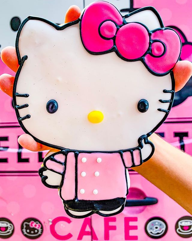 🇯🇵 Would you wait in a 2.5 hour line to get a giant Hello Kitty cookie? If so, I salute your dedication. 👏 Me, not so much — but I still ended up with this cookie because: magic.✨🎩. . ✨And a little creative bargaining with a nice family at the front of the line 🐱💵😂