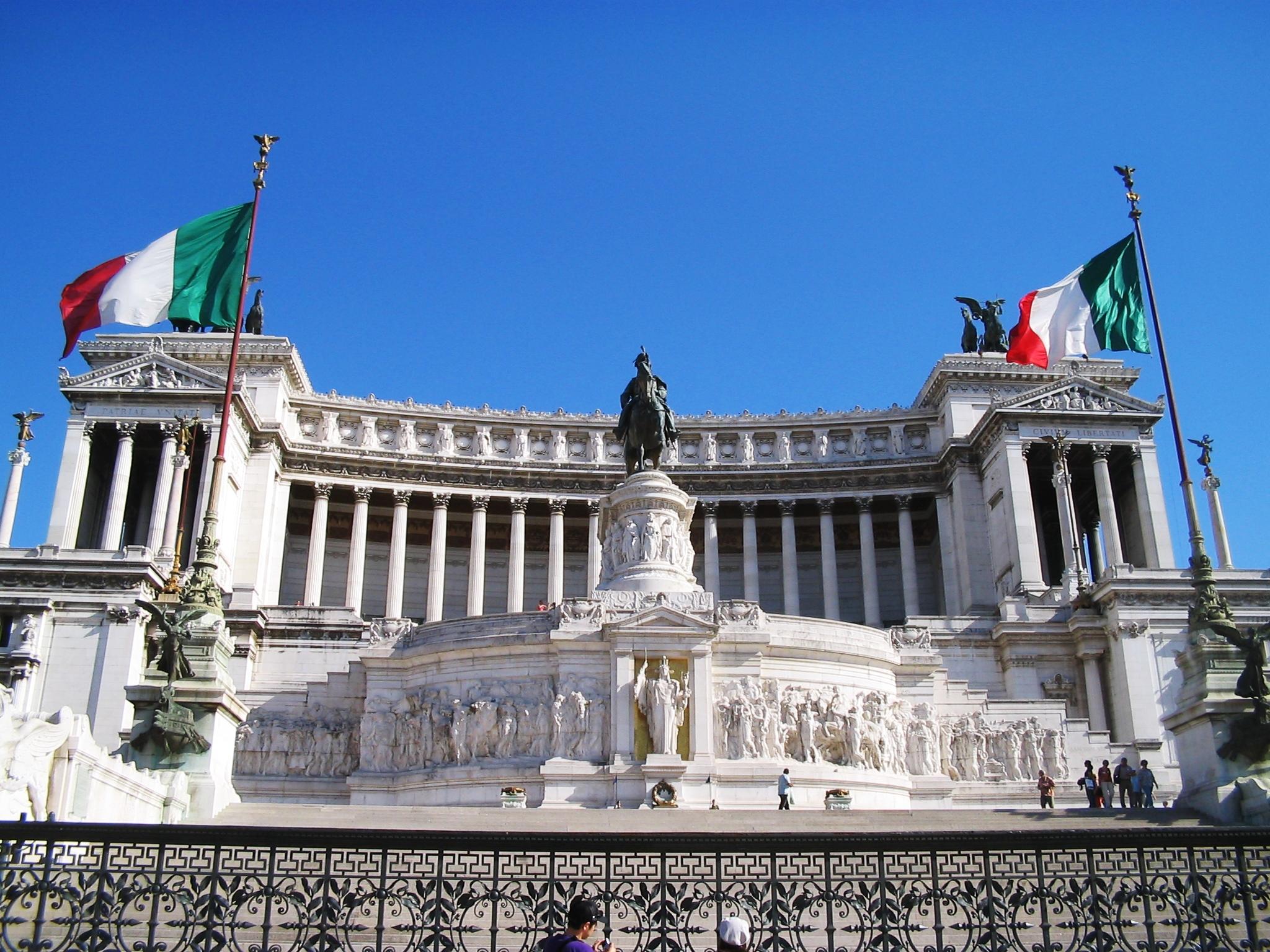 Mess -  https://commons.wikimedia.org/wiki/File:Vittoriano_(30_05_06).JPG