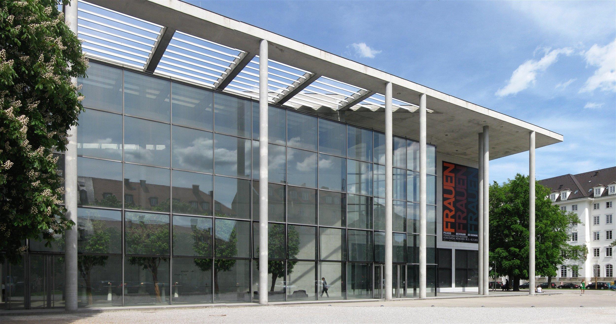 Rufus46 -  https://commons.wikimedia.org/wiki/File:Pinakothek_der_Moderne_Suedseite_Muenchen-1.jpg