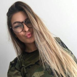 Elisabeth Rioux: cette entrepreneure a su mettre à profit son mode de vie, sa passion et ses selfies. Elle est la fondatrice de Hoaka Swimwear qui célèbre la diversité corporelle.
