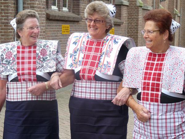 Tre damer i drakt fra Spakenburg