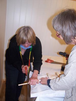 Kurslærer Inger Petersen og leder i Norsk folkedraktforum Helga Reidun B. Nesset klargjør materialet til dokkekurset
