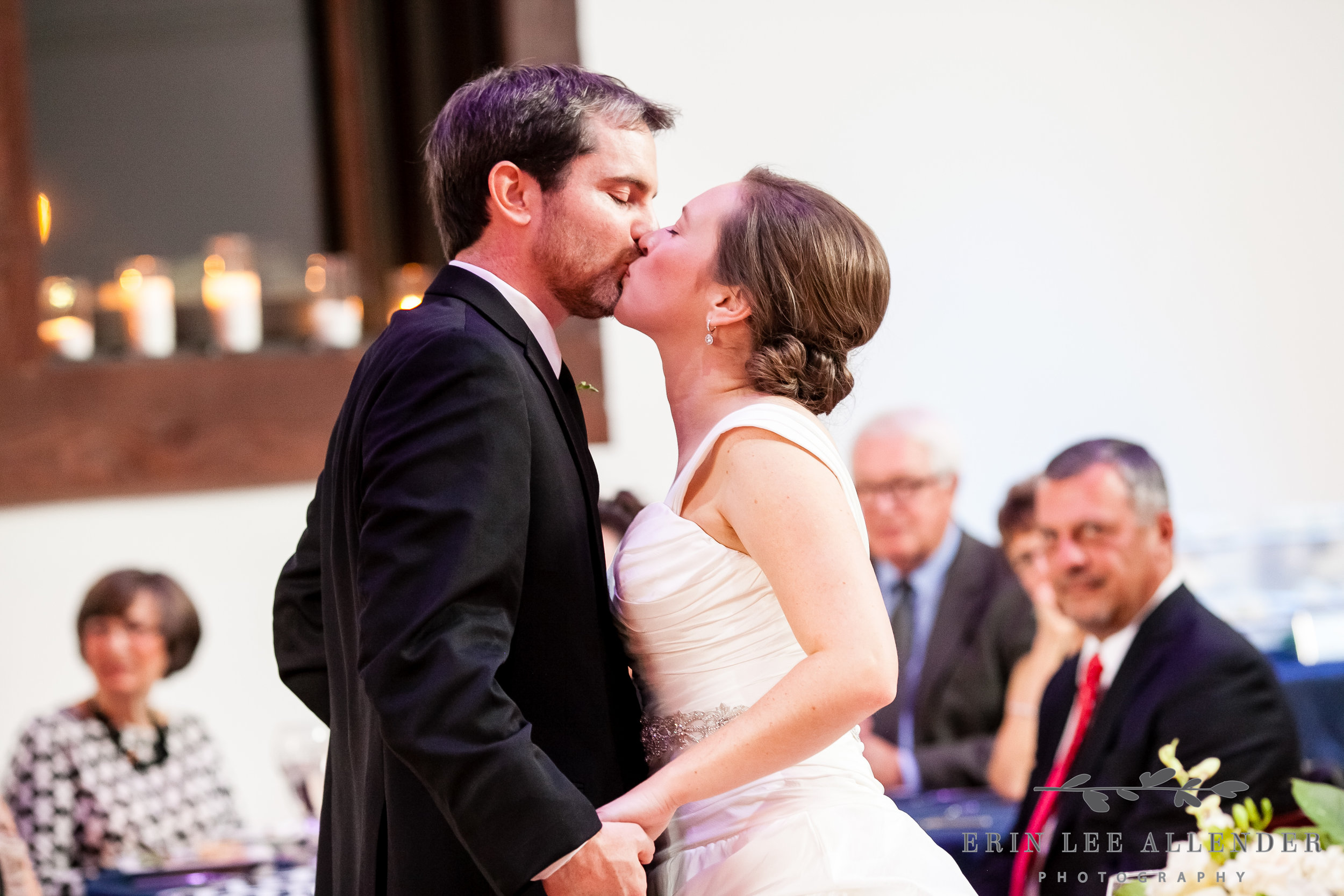 Couple_Kisses_After_First_Dance