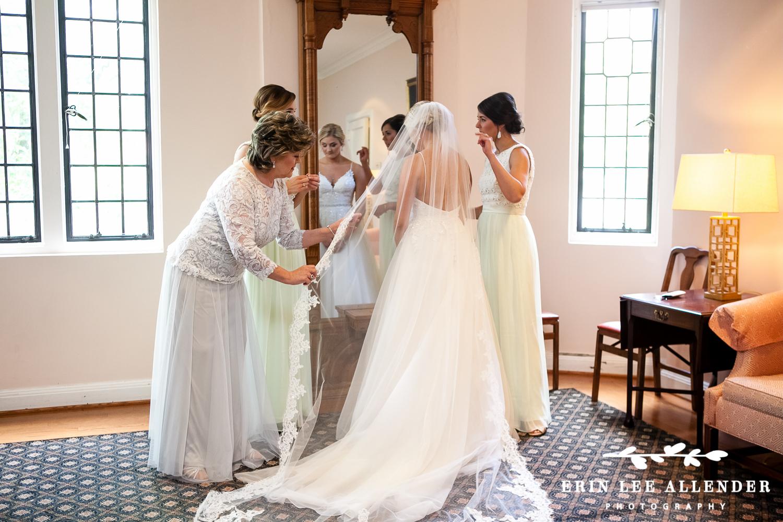 Putting_Brides_Veil_On