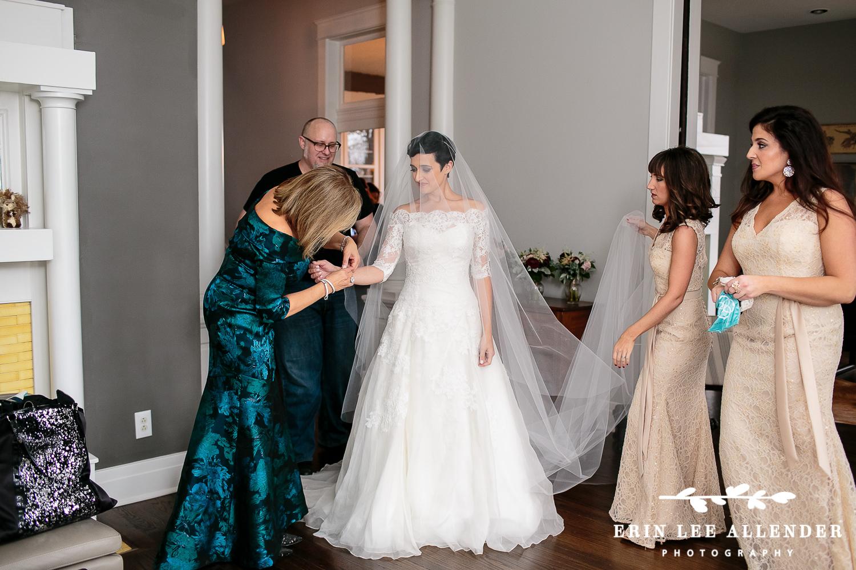 Bride_Getting_Veil_On