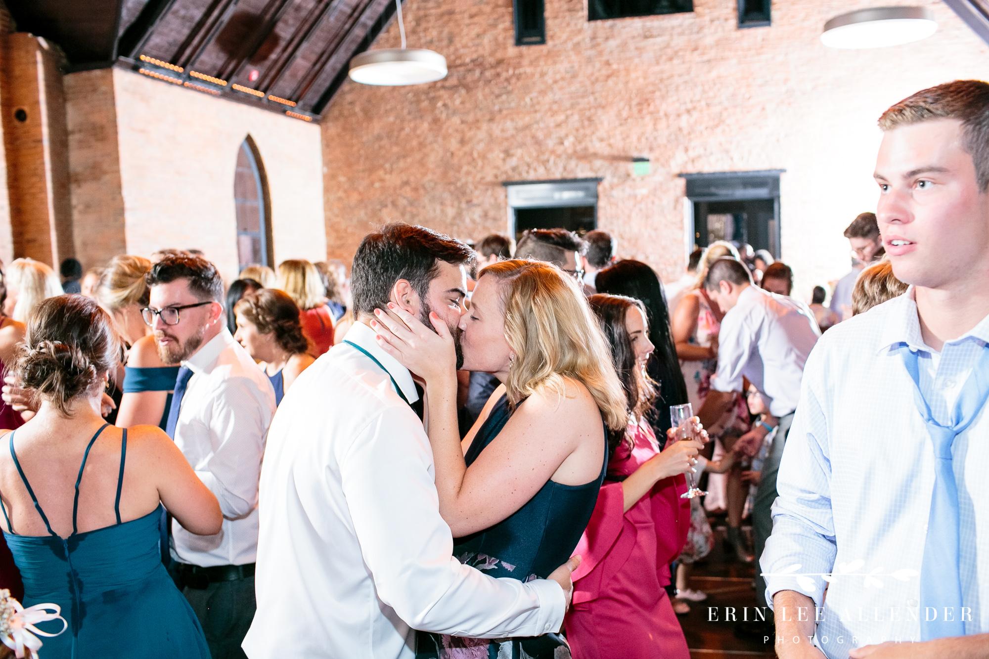 Guests_Kiss_On_Dance_Floor