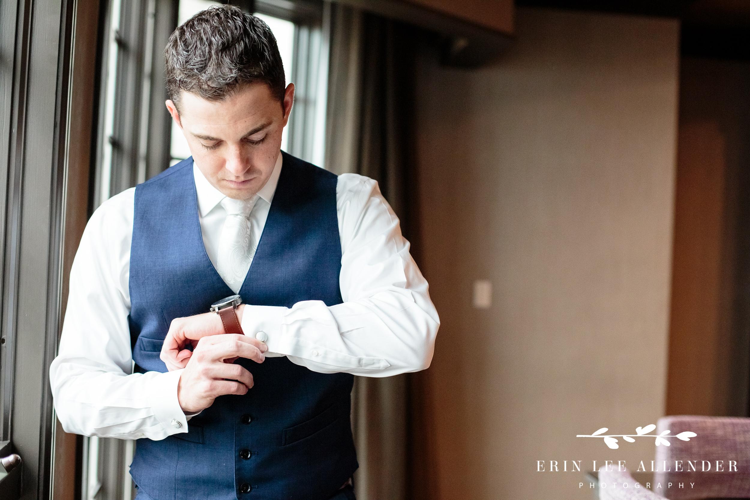 groom-puts-on-watch