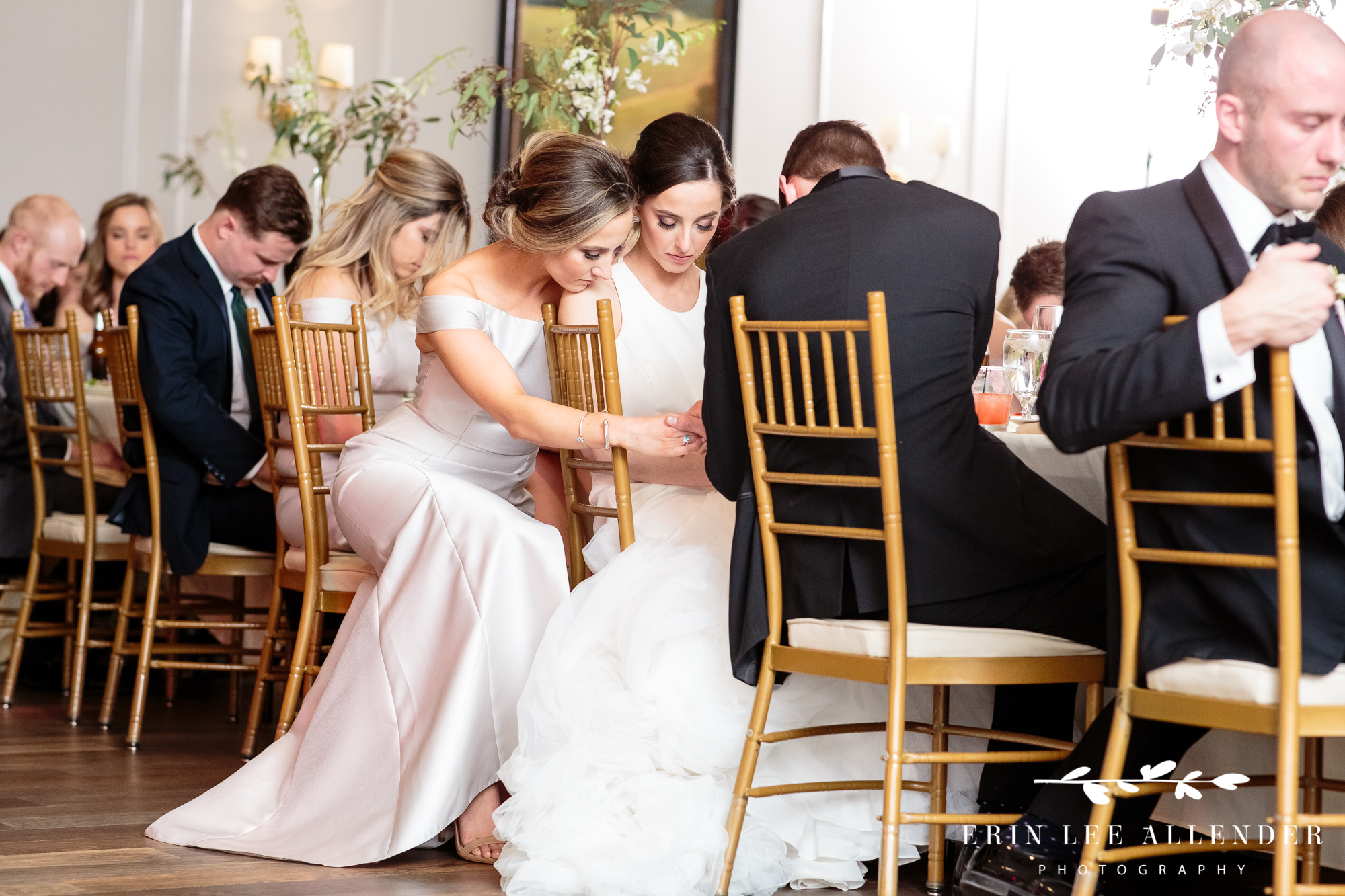 bride-sister-pray-together