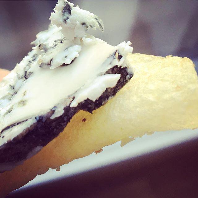 Does anyone else eat Persillé  de Chèvre on salty potato chips for lunch?  #lakäserie #persilledechevre #goatcheese #frenchcheese #bluecheese #saltysalty #cheeseforlunch #berlincheese #cheeseberlin #berlinfoodie #berlinfood #culturecheese