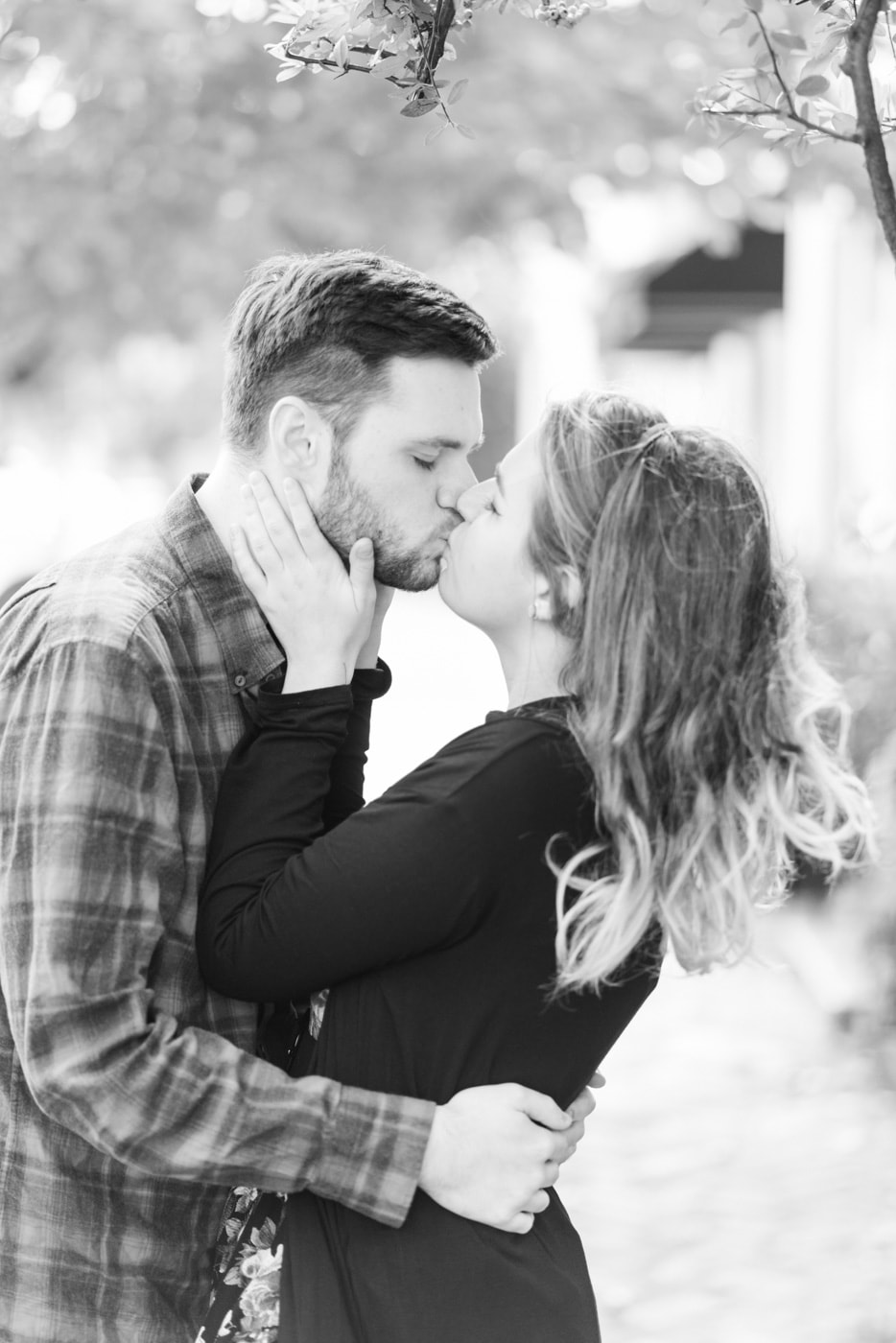 Black and white of a young couple kissing on the streets of Old Town Alexandria