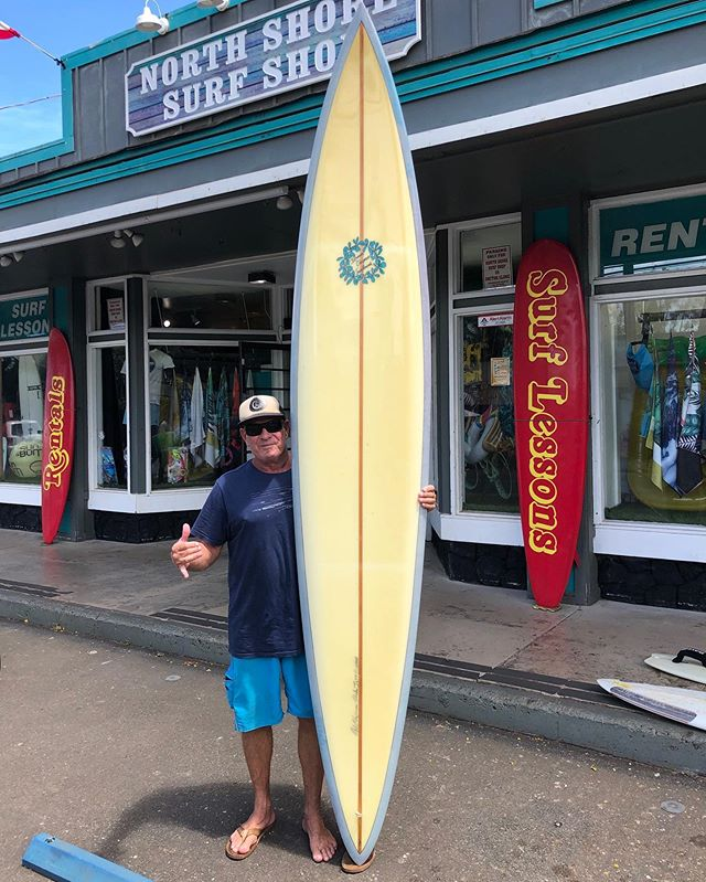 This is a 10'7 Waimea - Sunset board , single glassed in fin, shaped by Owl Chapman for Jeff Bushmann back in 1989. The boards is in amazing conditions and now a part of the @luisrealcollection