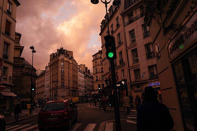 Light is magic 😏 #paris #streetphotography #montmartre #chasinglight #leicaq #travelersnotebook