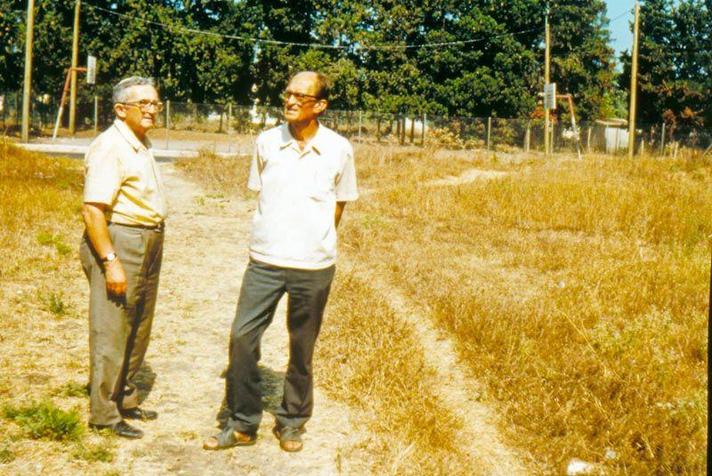 Der israelische Präsident Levi Eschkol (links) im Gespräch mit Johan Pilon, einem der Gründer Nes Ammims.