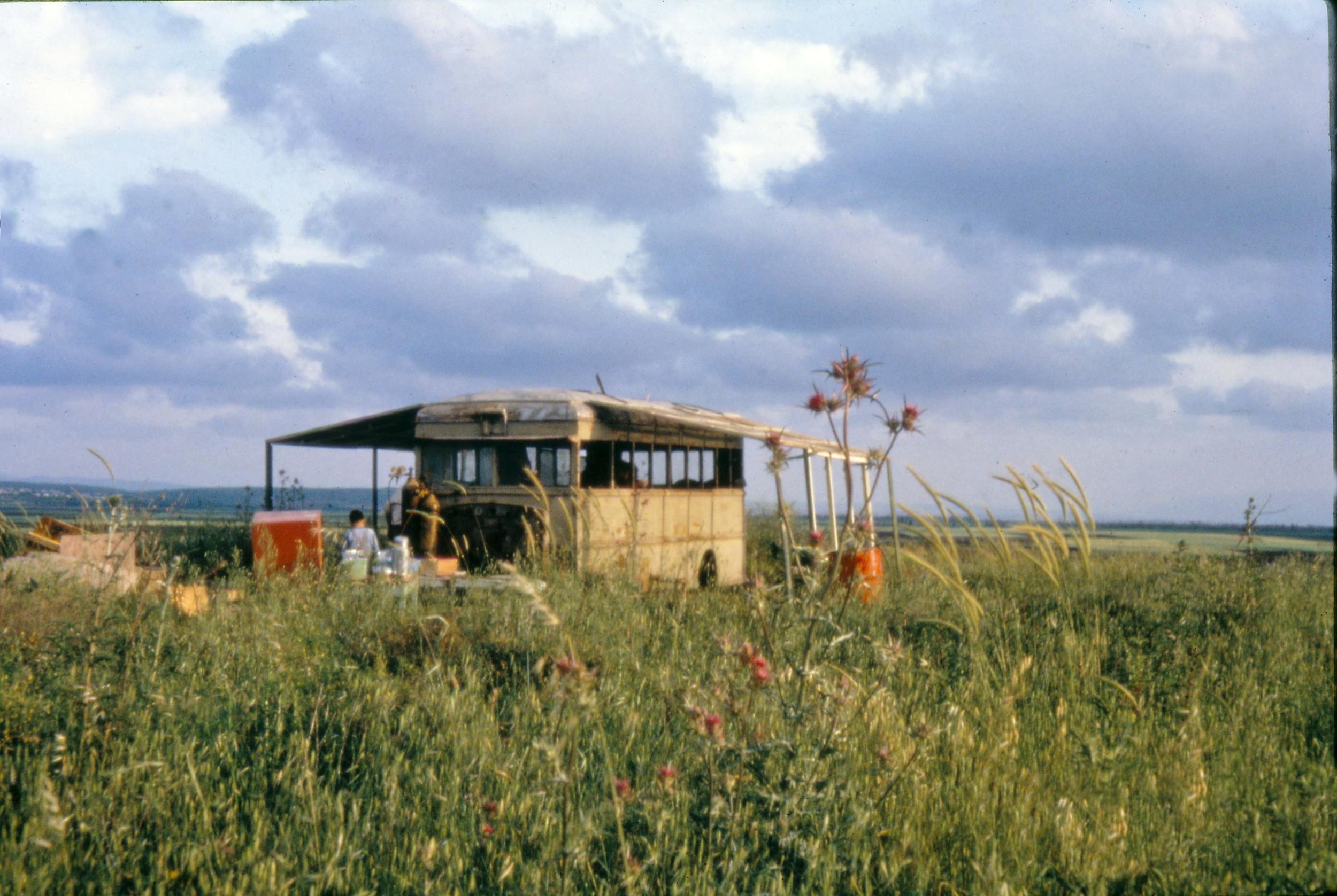 1963: Der Bus kommt auf dem Hügel in Galiläa an, auf dem er noch heute steht. Hier ist Nes Ammim entstanden.