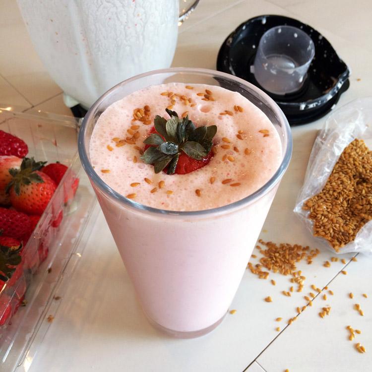 Keto milkshake recipe and best keto recipes for dessert. Make a ketogenic milkshake on your low carb diet.