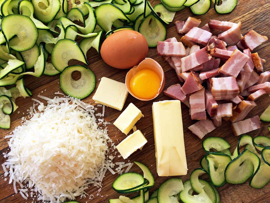 Keto zoodle carbonara recipe for the ketogenic diet. Make pasta carbonara out of zucchini noodles.