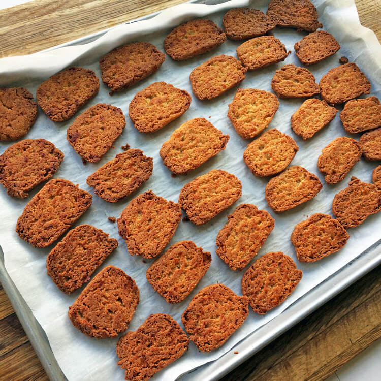 Homemade keto crackers recipe for an easy lunch or snack. Make these low carb crackers for your ketogenic diet.