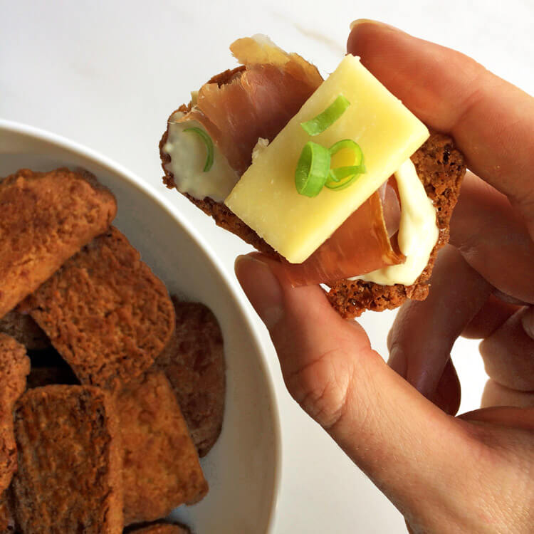 Low carb cracker recipe for the ketogenic diet. Make these keto crackers for weight loss.