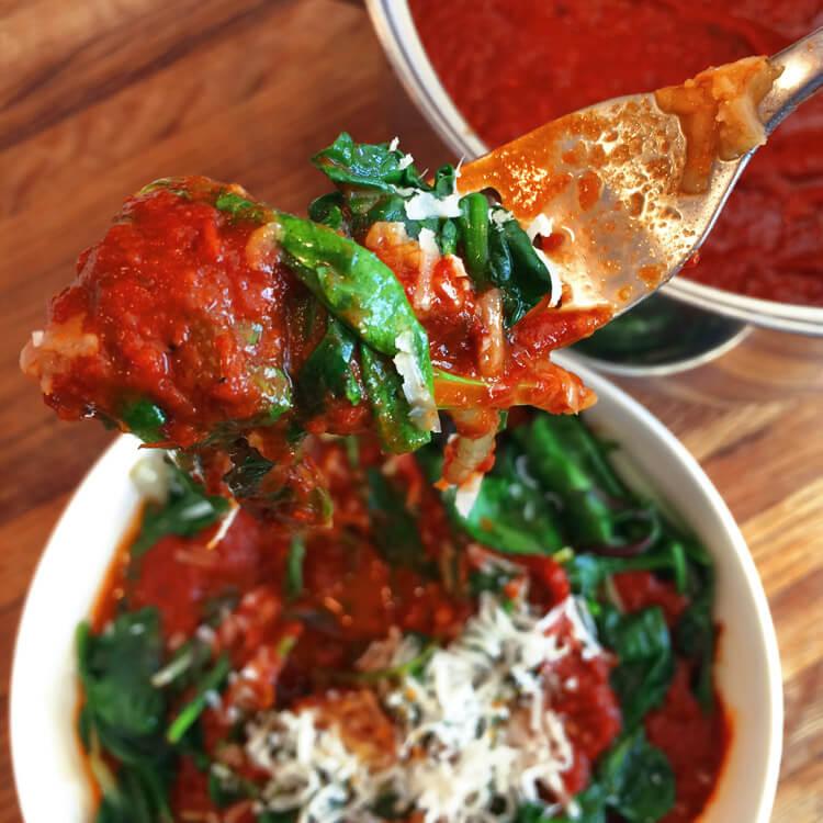 Keto tomato sauce recipe for easy dinner recipes.Make my marinara sauce on the ketogenic diet.