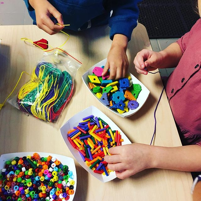 Working on their fine motor skills! Please think of our small school on #givingtuesday  link in bio #issaquah #sammamish #cooppreschool #nonprofit #preschool #preschooler #finemotor #pinelakecoop #beadwork #toddlers #donationswelcome #donations #donate