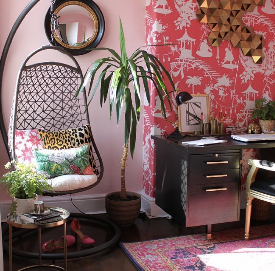 Pink rules in this room at the home of Kimberley Duran of  Swoonworthy  blog.    Mixing the pinks looks fantastic and seriously effective.