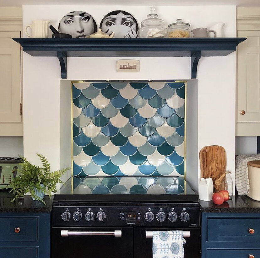You don't need many tiles to update a splash back to great effect: Kitchen,  Melanie Lissack .